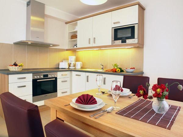 moderne integrierte Küchenzeile mit Eßplatz