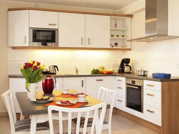 moderne Küchenzeile mit Eßplatz