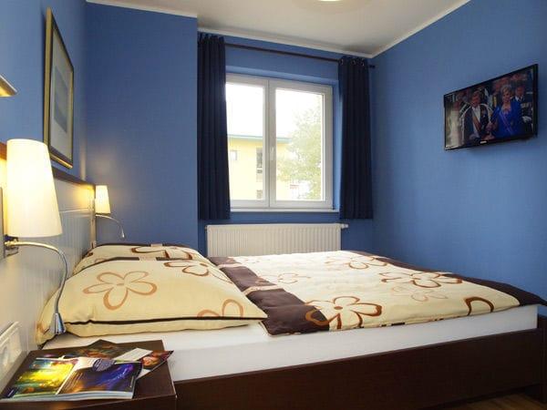 2 Schlafzimmer mit je einem Doppelbett, kein Platz für Kinderreisebetten