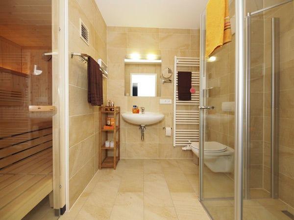 2 Duschbäder, ein Bad mit Sauna
