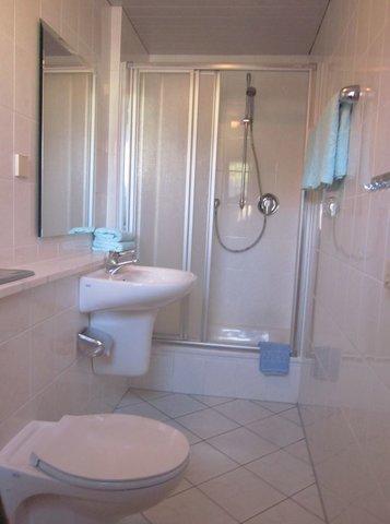 moderner Wasch- u. Duschbereich