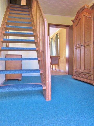 großer Flur / Holztreppe ins Obergeschoss