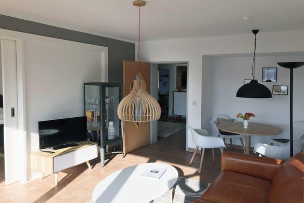 Wohnzimmer mit Balkon und freien Blick auf den Schloonsee