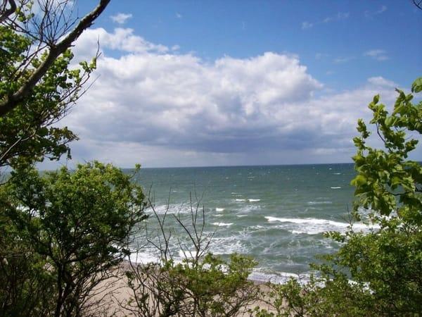Ein erhabener Blick auf das Meer von der Steilküste hinab.