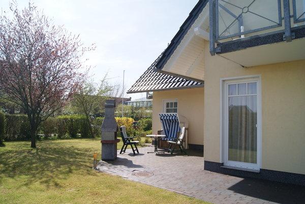 Terrasse mit Strandkorb und Rasenfläsche
