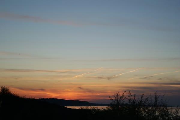 Der Tag neigt sich und die Sonne taucht in die Ostsee