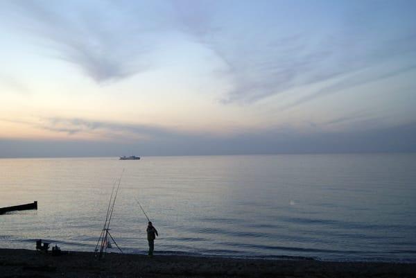Im Abendlicht kann man Angler beobachten und die Ruhe genießen