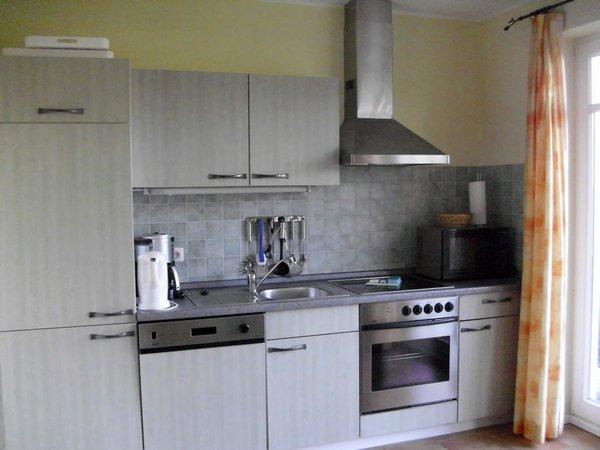 Mit einer voll ausgestatteten Küche.