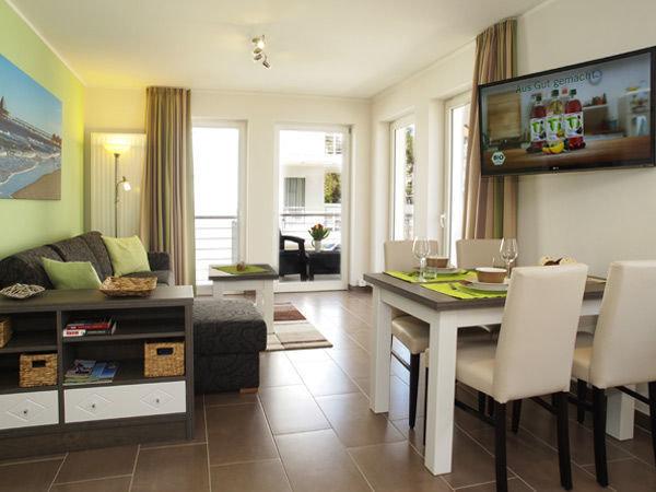 Wohnzimmer mit Zugang zum Balkon,Couch mit Schlaffunktion