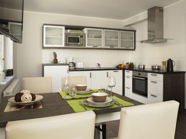 moderne integrierte Küchenzeile mit Essplatz