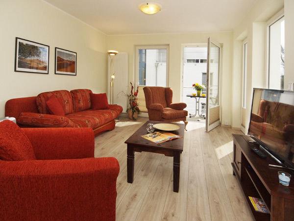 Wohnbereich mit Zugang zum Balkon, Couch mit Schlaffunktion für 1 Person