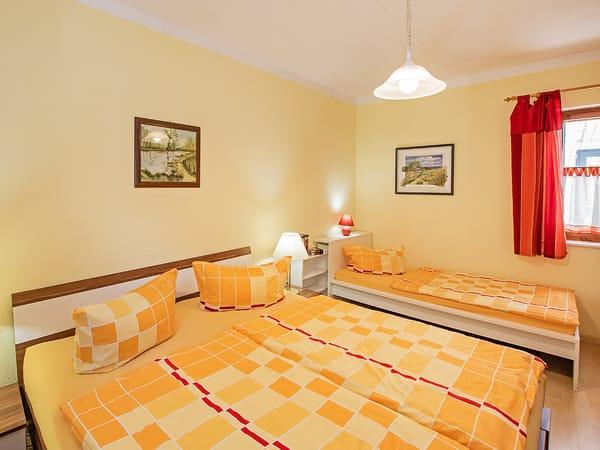 Schlafzimmer mit Aufbettmöglichkeit.