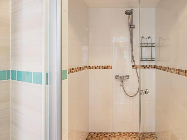 Badezimmer mit Blick in die Dusche.