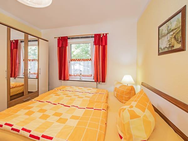 Schlafzimmer mit Blick auf den Schrank.