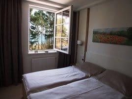 Schlafzimmer zur Meerseite mit hochwertigen Massivholzmöbeln /  Wöstmann - Komfortbetthöhe mit 7-Zonen-Kaltschaummatratze