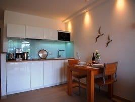 Moderne vollausgestattete Küche (Häcker)