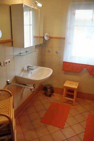 großes Bad mit Fußbodenheizung und Dusche und Fenster