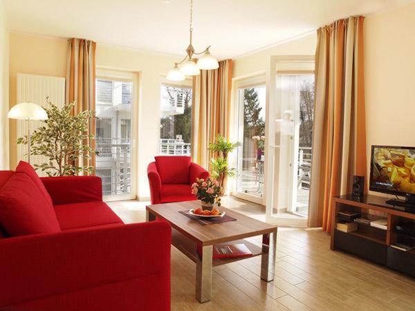 Wohnbereich mit Zugang zum Balkon (Couch mit Schlaffunktion für 2 Pers.)