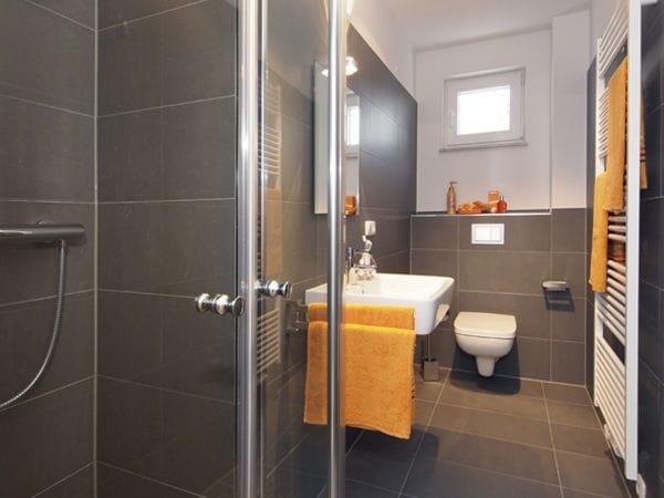 modernes Bad mit Dusche und Fenster