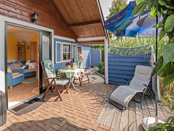 Terrasse mit Blick in die Wohnung.