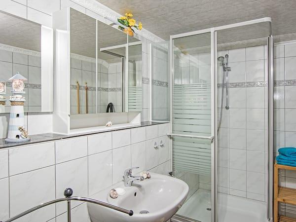 ...und Dusche.