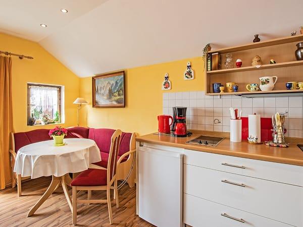 Küche mit Essbereich.