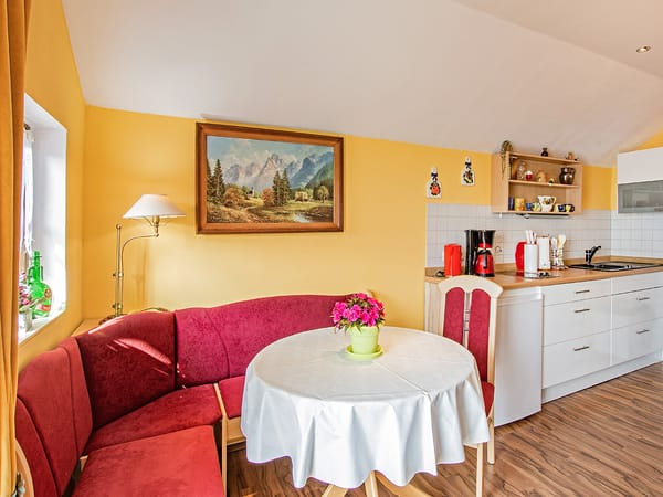 Essbereich mit Blick in die Küche.