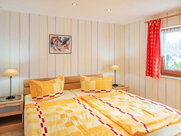 Schlafbereich mit Doppelbett.