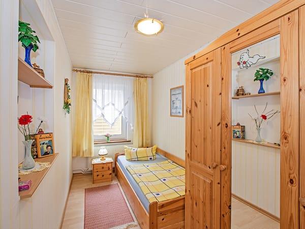 Kleines Schlafzimmer mit Doppelbett.