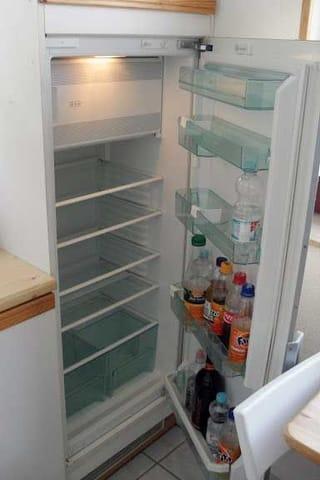 Kühl-Gefrier-Schrank, komplett eingerichtet