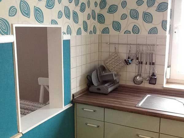 Küche mit Durchreiche zum Wohn-/Essbereich