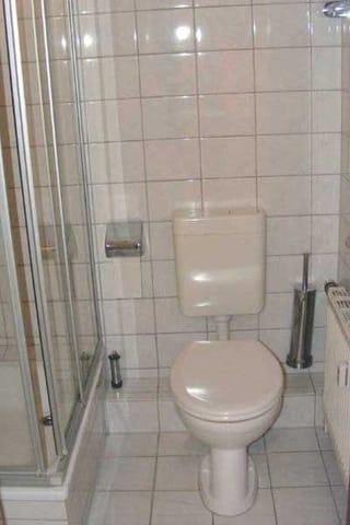 Badezimmer mit Dusche im Obergeschoss