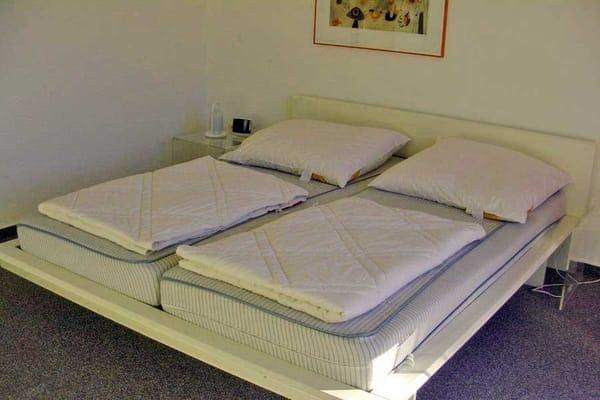 Schlafzimmer mit Doppelbett im Dachgeschoss