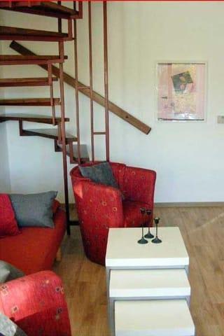 Treppenaufgang zu den beiden Schlafzimmern. Zweites Schlafzimmer mit ausziehbarer Schlafcouch