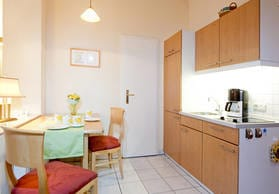 In der komplett ausgestatteten Küche können Sie sich selbst verpflegen.