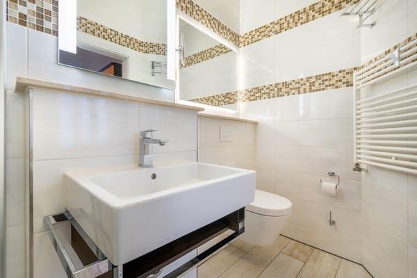 ... Dusche, WC und Handtuchtrockner.