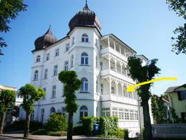 Der Pfeil weist auf Ihren Balkon in der hochherrschaftlichen Villa Metropol.