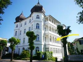 Der Pfeil weist auf Ihren Balkon in der Villa Metropol.