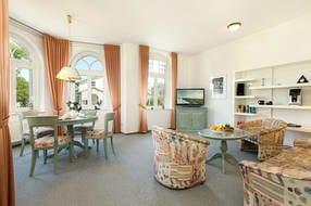 Im Wohnzimmer steht Ihnen ein großer Flat-TV, WLAN und Radio zur Vefügung. Die Couch hat Schlaffunktion für 1-2 Personen.