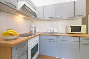 Die Küche ist komplett ausgestattet mit Geschirr, Besteck, Backofen etc.