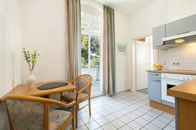 Die separate Küche hat ebenfalls einen Austritt zum Balkon.