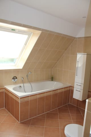 Großes Bad mit Wanne, Dusche, WC