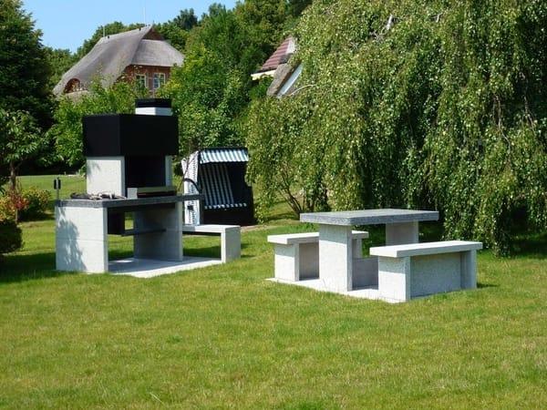 gemütlicher Grillplatz im Garten