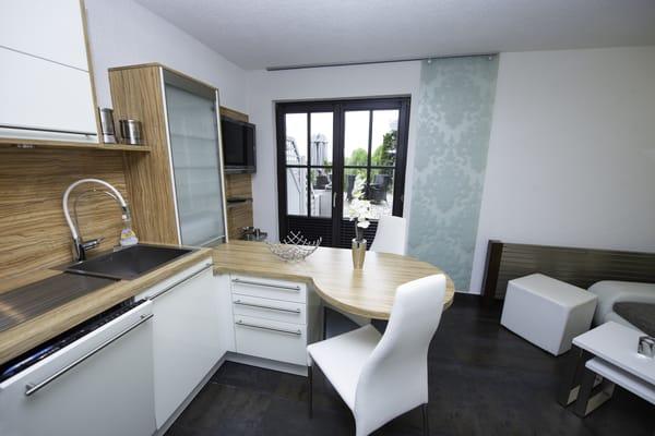 moderne Einbauküche mit Eßbereich