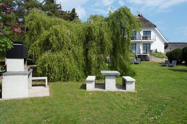 Garten vor unserer Pension, direkt angrenzend an den Selliner See, mit Grillplatz