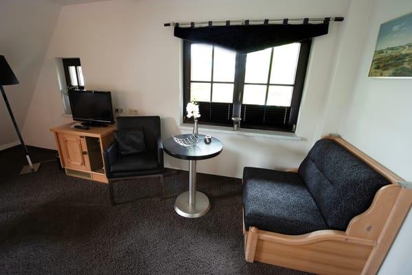 Sitzgruppe, Minibar sowie zusätzliche Aufbettungsmöglichkeit (Schlafsessel)