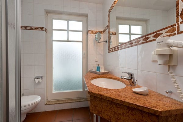 Das Bad mit Dusche.