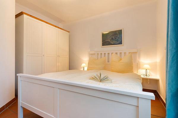 Das Schlafzimmer hat ein bequemes Doppelbett und ausreichend Stauraum für Ihre Urlaubsgarderobe.