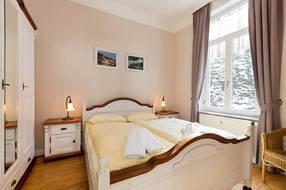 Das Schlafzimmer bietet ein Doppelbett und einen großen Kleiderschrank.