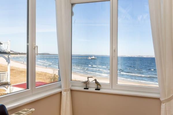 Schon beim entspannten Frühstück genießen Sie den Blick aufs Meer!